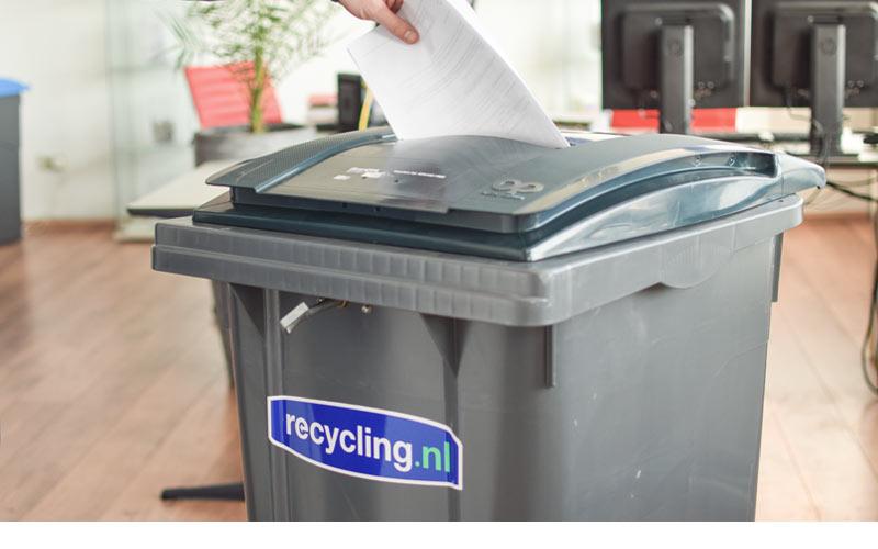 papier-werpen-in-sleuf-van-beveiligde-container