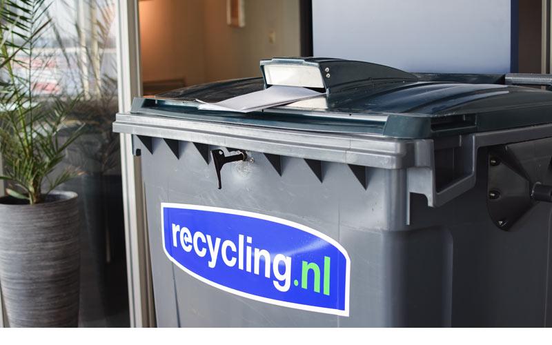 vertrouwelijk-papier-in-770-liter-container-met-slot-en-sleuf