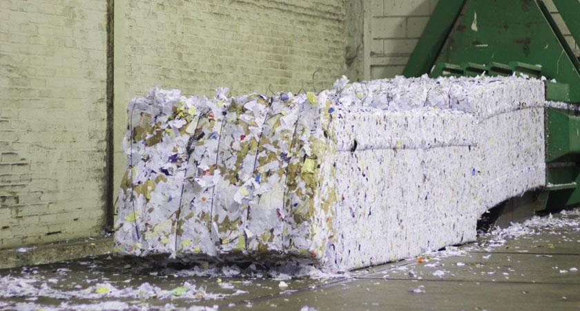 balen-persen-met-vernietigd-papier