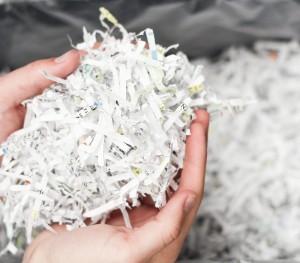 featured-hand-met-papiersnippers-bij-papiervernietiger