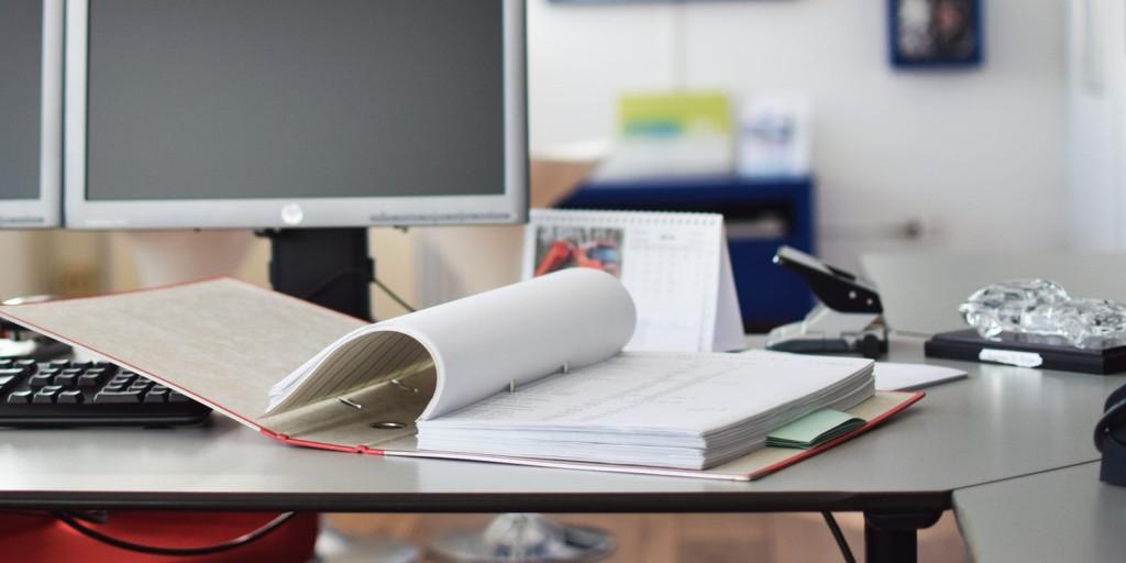 ordner-op-bureau-klaar-voor-papiervernietiging