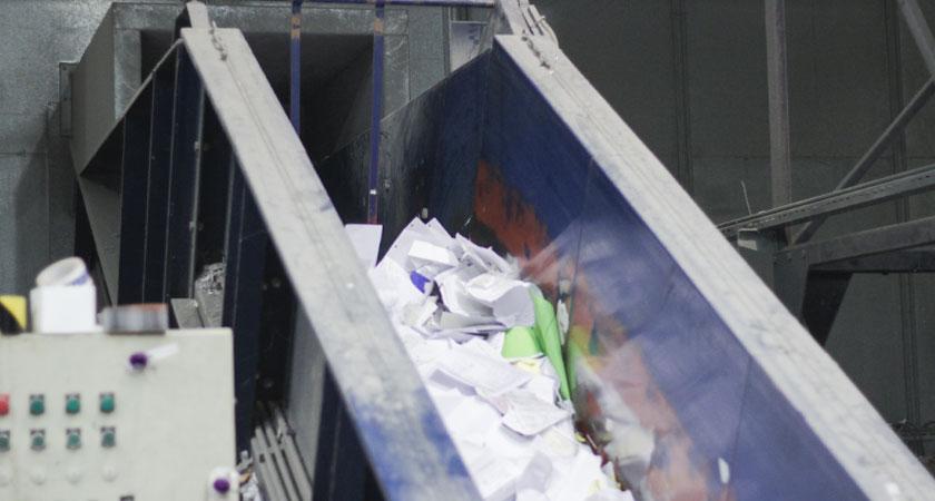 archiefpapier-op-opvoerband-naar-papiervernietiger