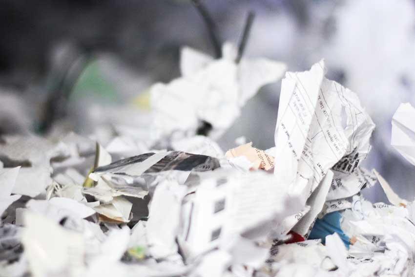 versnipperd-papier-geperst-in-baal